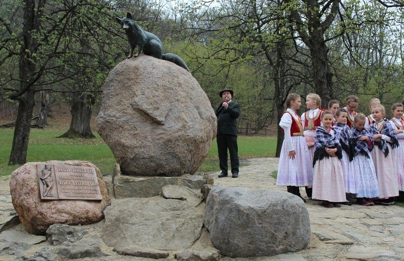 Odhalení sochy lišky Bystroušky